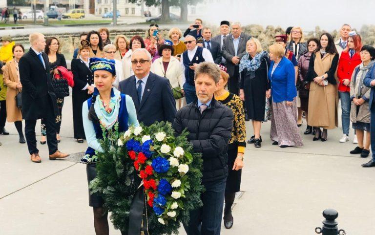 В Вене возложили цветы к памятнику героям Советской армии